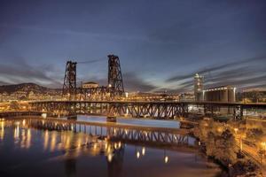 stalen brug over de rivier de Willamette op het blauwe uur foto