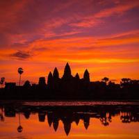 mooi silhouet van angkor wat tijdens zonsopgang foto