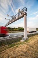vrachtwagen die door een tolpoort gaat foto
