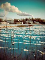 industrieterrein met schoorsteen en witte rook - retro vintage foto
