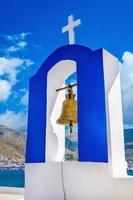 blauw en wit griekse kerkklokketoren, griekenland foto