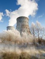 dagweergave van elektriciteitscentrale, rook uit de schoorsteen foto