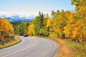 herfst in Canada. de weg draait abrupt