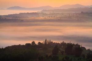 mistige ochtendzonsopgang in berg bij khao-kho phetchabu foto
