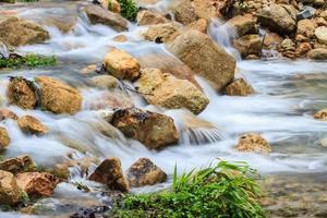 waterval en rotsen bedekt met mos foto