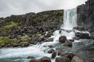 majestueuze watervallen met rotsen en gras rondom