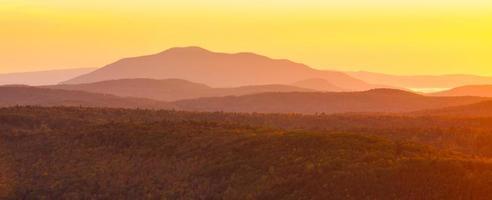 groene bergen bij zonsopgang foto