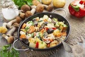 gebraden kip met aardappelen en champignons foto