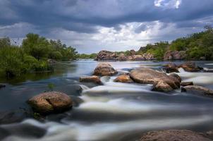 regenachtige avond op de rivier foto