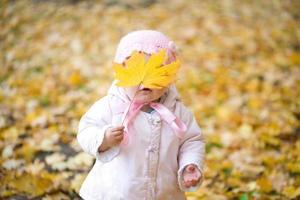kleine baby in het park foto