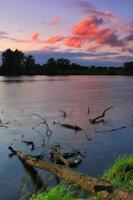 winderige zonsopgang op de rivier foto