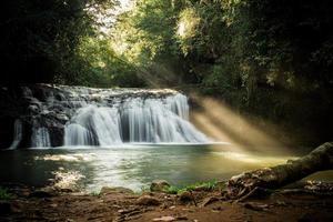 lichte magie in waterval