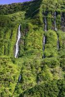 watervallen op het eiland flores, archipel van de azoren (portugal) foto
