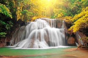 waterval met zonnestraal foto