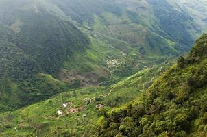 huizen in een vallei sri lanka foto