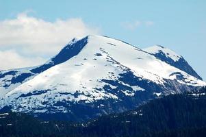 met sneeuw bedekte berg in alaska foto
