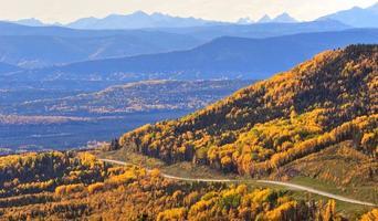 uitzicht op de weg van de rotsachtige bergen foto