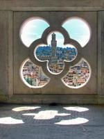 kijk door een raam van Giotto Tower hdr foto