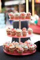 cupcakes toren met garnituur suikerglazuur op onscherpe achtergrond foto