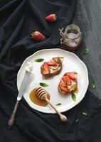 Franse toast met aardbei, roomkaas, honing en munt