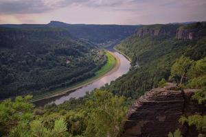 zandstenen rotsen en rivier de Elbe
