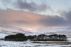 prachtige roze zonsopgang boven besneeuwde berg winterlandschap