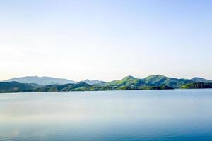 meer is omgeven door bergen foto
