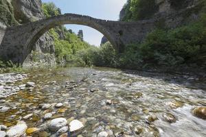 oude stenen brug in zagoria, epirus, westelijk griekenland foto