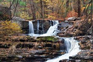 herfst waterval in de bergen foto