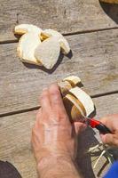 het snijden van verse boletus edilus-paddenstoelen foto