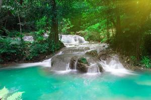mooie sanang manola waterval in thailand foto
