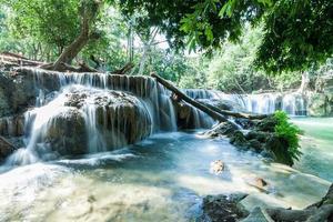 jed sao noi-waterval in saraburi, thailand foto
