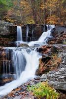 herfst waterval in de bergen