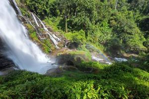 waterval met regenboog foto