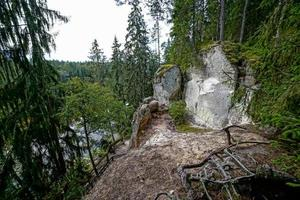 oude zandstenen rotsen in het Gaujas National Park, Letland