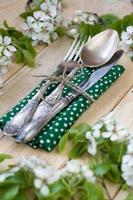 vork, lepel en mes liggend op een houten achtergrond