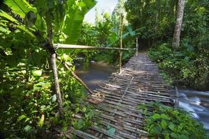 houten brug over de watervallen, lampang, thailand foto