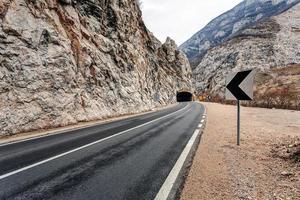 tunnel op de weg in de canyon foto
