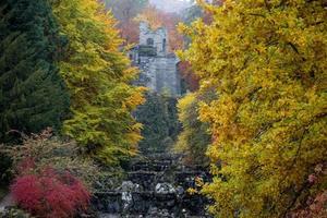 bergpark wilhelmshoehe kassel duitsland in de herfst foto