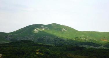 bergenlandschap met wolken en blauwe hemel foto