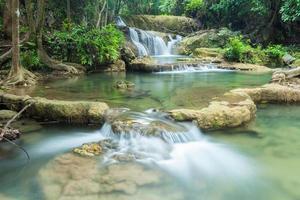 prachtige waterval in kanchanaburi (huay mae kamin)