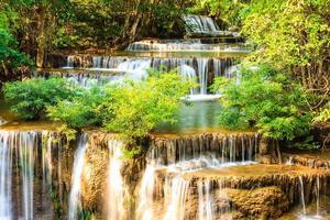 tropische waterval in kanchanaburi, thailand foto