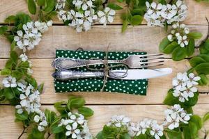 vork en mes liggend op een houten achtergrond