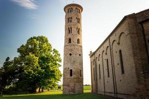 romaanse cilindrische klokkentoren van landelijke kerk foto
