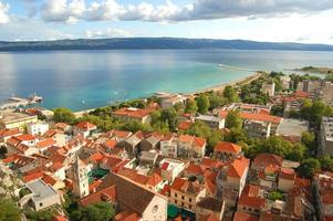schilderachtig panorama van omis in dalmatië, kroatië foto