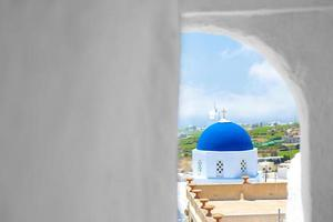 Griekse kerk en kruis - Santorini foto