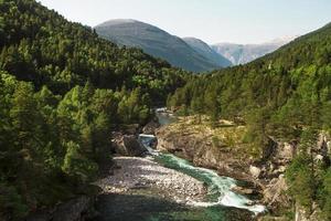 noorwegen, de rivier tussen de bergen foto
