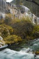 jiuzhaigou pearl shoals watervallen foto