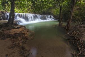 huay mae kamin waterval in de provincie kanchanaburi, thailand foto