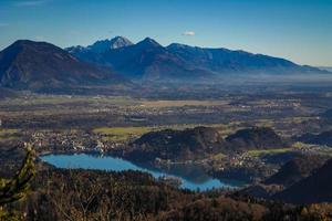 uitzicht op het meer van Bled vanuit Pokljuka
